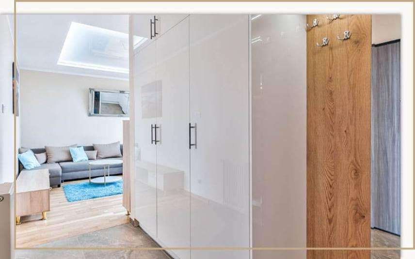 białe otwierane szafy